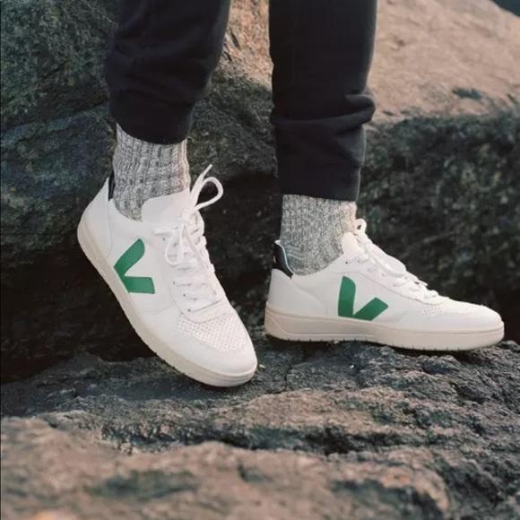 c8e272118c3a90 Veja V-10 Extra White Emeraude Leather Sneakers. M 5c8fdf3b819e9021d527b5c4